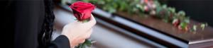 dame met roos bij kist